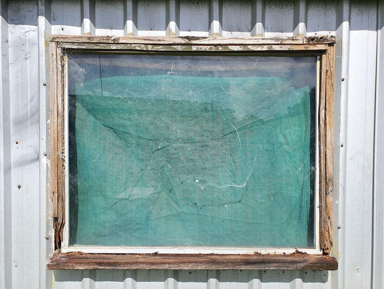 Original Window with original flatblade screws (arghh)