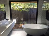 Darren's gorgeous modern bathroom