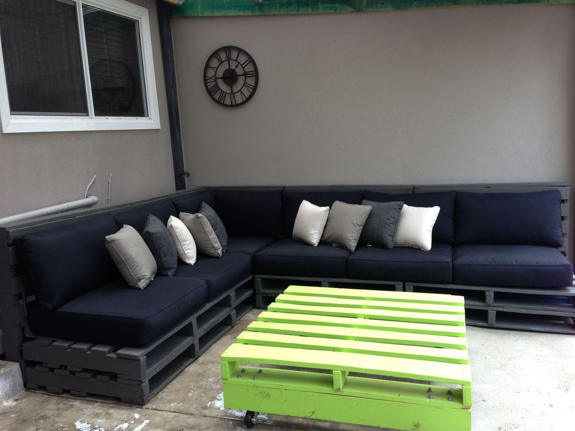 Outdoor Pallet Furniture - Corner Lounge and Coffee Table