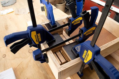 Clamping chipper block to the rear end and to the base.