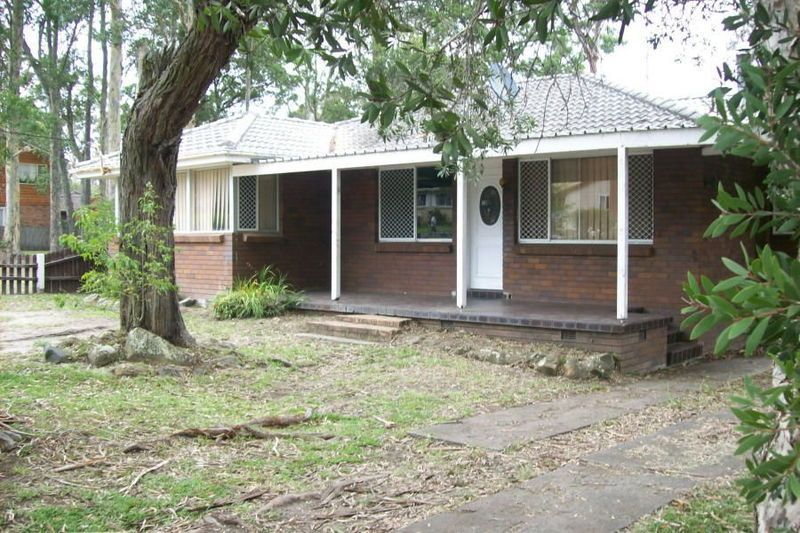 19 Maclean St Nowra Front of the House before  with a tree.jpg